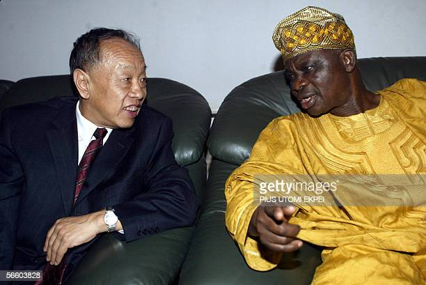 Chinese Foreign Minister Li Zhaoxing chats with his Nigerian counterpart Oluyemi Adeniji at the presidential lodge of Nnamdi Azikiwe International...
