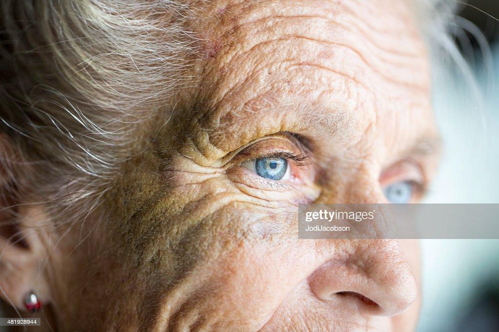 Missbraucht Kaukasier senior Frau mit schwarzen Augen : Stock-Foto