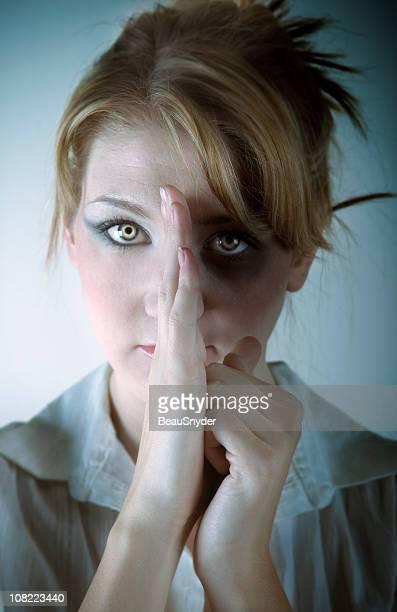 abusos mulher oculta metade do rosto dela - victim - fotografias e filmes do acervo