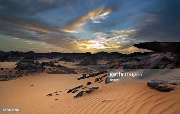 アカクス山脈のリビア砂漠 - リビア ストックフォトと画像