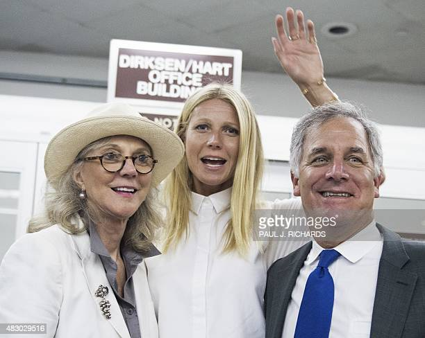 Academy awardwinning actress Gwyneth Paltrow poses with her actress mother Blythe Danner and Gary Hirshberg chairman and former president and CEO of...
