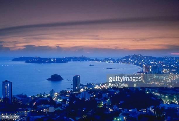 acapulco at twilight - acapulco foto e immagini stock