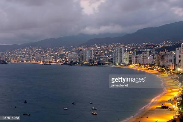 la baia di acapulco notte esposizione lunga - acapulco foto e immagini stock