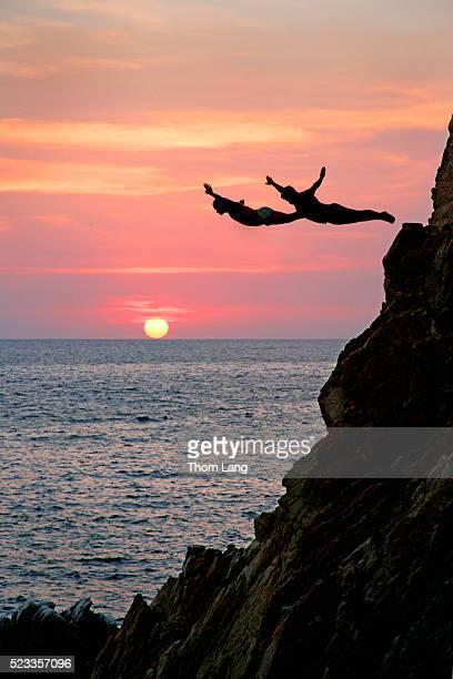 acapulco cliff divers at sunset - アカプルコ ストックフォトと画像