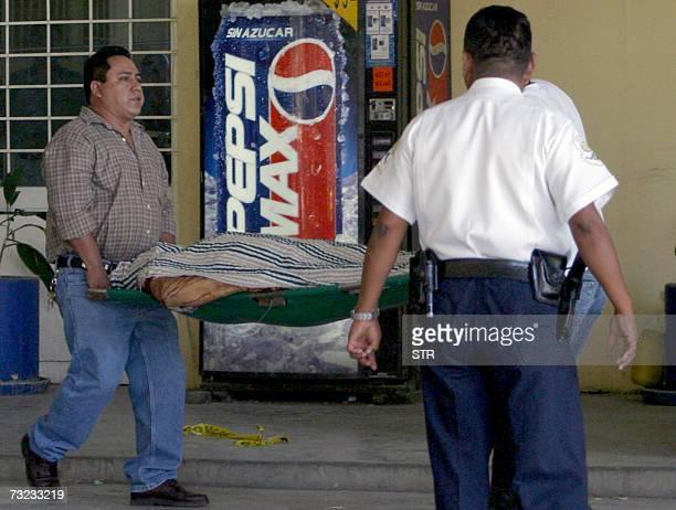 Personal medico forense traslada el cuerpo de uno de los cuatro policias ministeriales acribillados en el interior de la comandancia en el barrio...