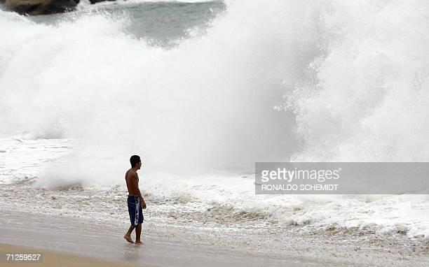 Un banista observa las fuertes olas en una playa en Acapulco en el comienzo de la temporada de huracanes en Mexico. AFP PHOTO/ Ronaldo SCHEMIDT