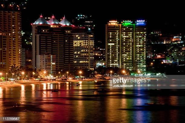 アカプルコの街並みの夜 - アカプルコ ストックフォトと画像