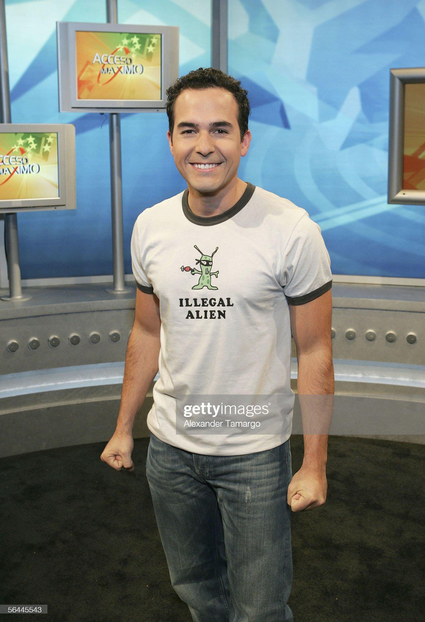 ¿Cuánto mide Carlos Calderón? (presentador TV host) - Altura Acceso-maximo-host-carlos-calderon-poses-on-the-set-at-univision-on-picture-id56445543?s=2048x2048