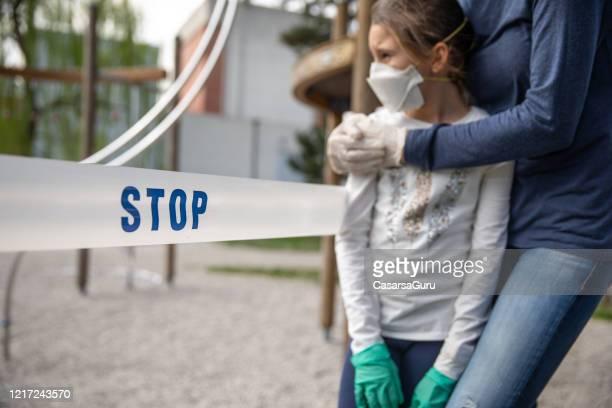 zugang zu city playgrounds wegen coronavirus-krise verweigert - hinweisschild stock-fotos und bilder