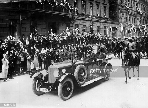 Accession to the presidency of German Marshal Hindenburg the presidential car in the streets of Berlin 1925