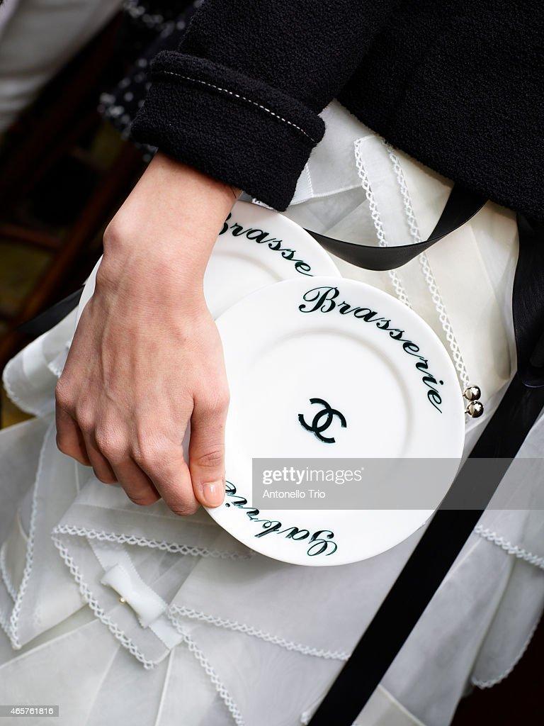 Chanel : Backstage - Paris Fashion Week Womenswear Fall/Winter 2015/2016 : News Photo