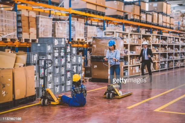 acidente no trabalho no armazém - impacto - fotografias e filmes do acervo
