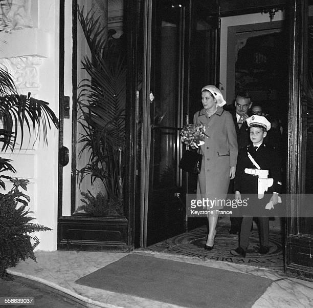 Accompagné de ses parents la princesse Grace de Monaco et le prince Rainier de Monaco le petit prince Albert de Monaco en uniforme de policier sort...