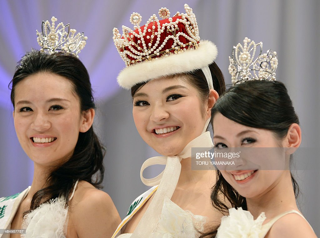 Accompanied by runner-up Tomoe Minagawa and second runner-up Remi