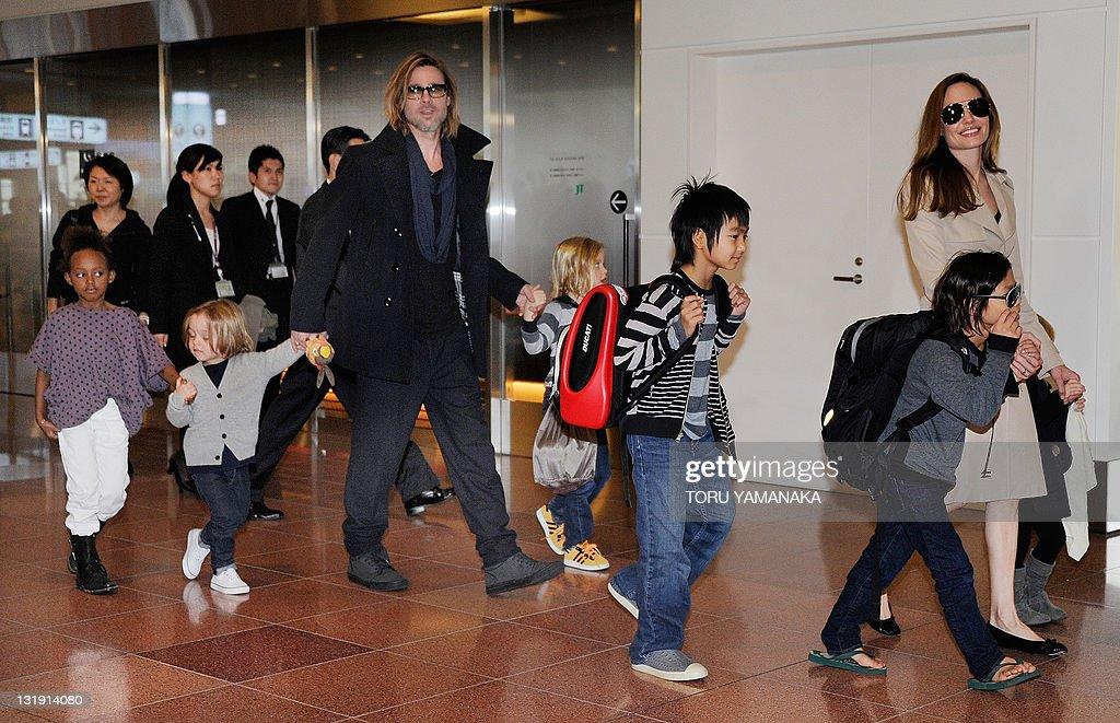 Accompanied by their six children, US mo : News Photo