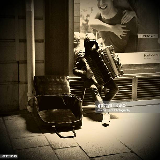 accordion in paris - accordionist stock pictures, royalty-free photos & images