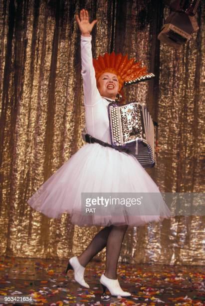 L'accordéoniste Yvette Horner habillée par Jean Paul Gaultier sur scène au Casino de Paris en décembre 1990 France