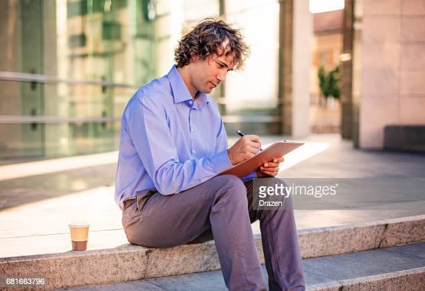 Accountant die zich bezighouden met financiële cijfers