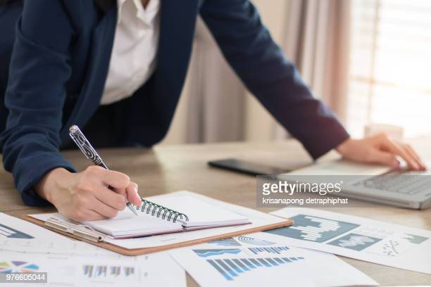 accounting,count,business women,laptop - legislación fotografías e imágenes de stock