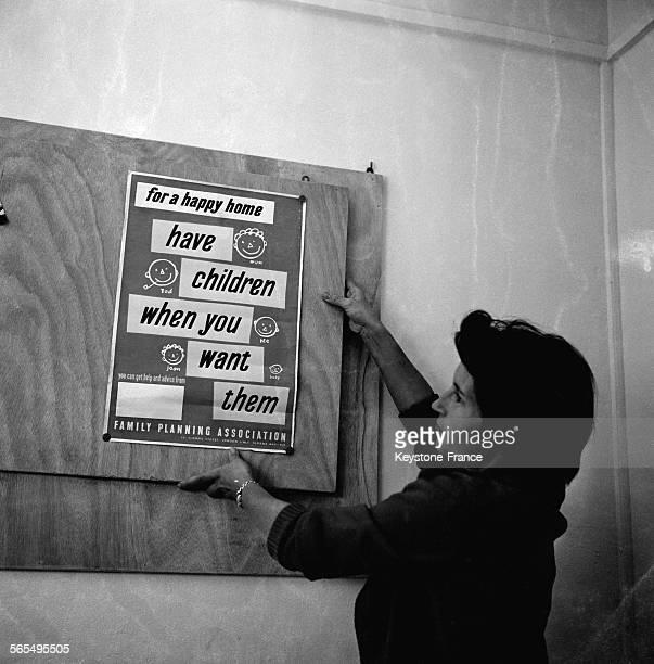 Accueil des adhérentes dans le premier centre de Planning familial à Paris France le 30 octobre 1961