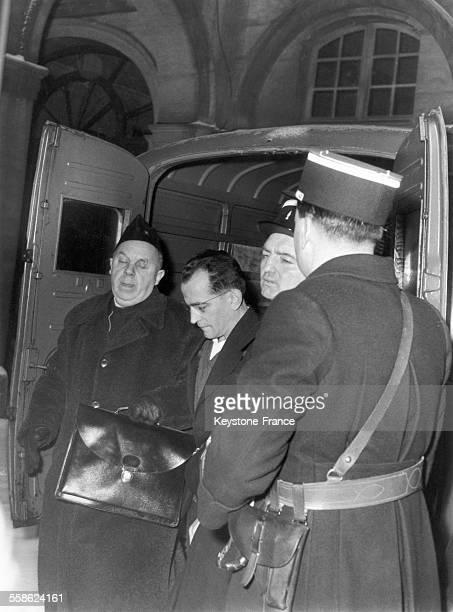 L'accusé Guy Desnoyers avec l'aumonier Baudricourt lors de l'affaire du curé d'Uruffe à la cour d'assises de Nancy France le 24 janvier 1958