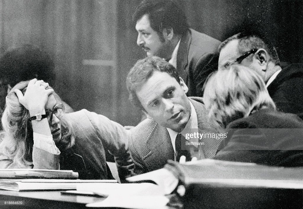 Ted Bundy Conferring with His Defense Attorneys : Nachrichtenfoto