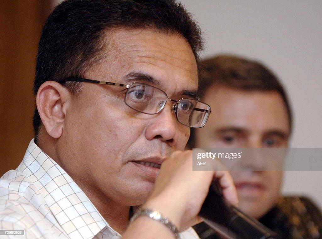 Aceh Governor Irwandi Yusuf (L) talks as... : News Photo