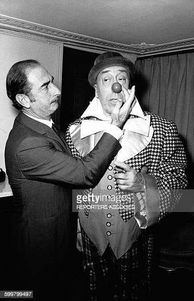 Achille Zavatta met le nez rouge d'Auguste à Fernandel circa 1960 en France