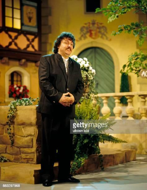 Achim Mentzel Schlagersaenger Humorist und Moderator der FernsehSerie Achims Hitparade hier beim Auftritt in der Plauener Festhalle