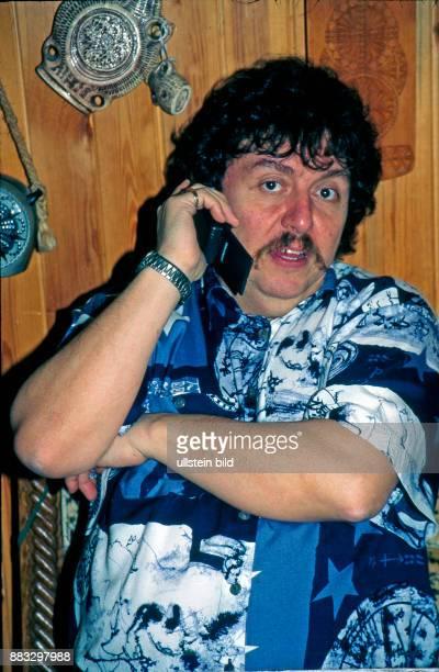 Achim Mentzel Schlagersaenger Humorist und Moderator der FernsehSerie Achims Hitparade privat in seinem Haus