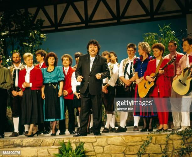 Achim Mentzel Schlagersaenger Humorist und Moderator der FernsehSerie Achims Hitparade hier das Schlussbild des Auftritts in der Plauener Festhalle...