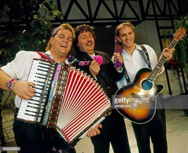 Achim Mentzel Schlagersaenger Humorist und Moderator der FernsehSerie Achims Hitparade hier beim Auftritt mit dem ZipfelDuo in der Plauener Festhalle