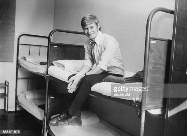 Achim Reichel Musiker Sänger D als Rekrut bei der Bundeswehr sitzt auf seinem Hochbett in der Stube 406 der Hanseatenkaserne