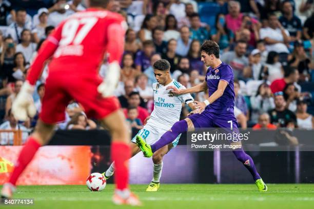 Achraf Hakimi of Real Madrid competes for the ball with Rafik Zekhnini of ACF Fiorentina during the Santiago Bernabeu Trophy 2017 match between Real...