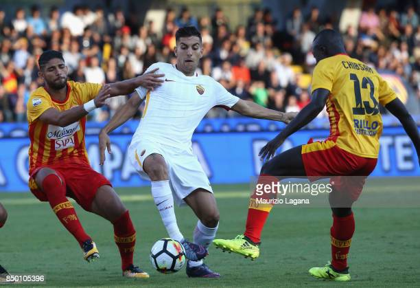 Achraf Lazaar of Benevento competes for the ball with Lorenzo Pellegrini of Roma during the Serie A match between Benevento Calcio and AS Roma at...