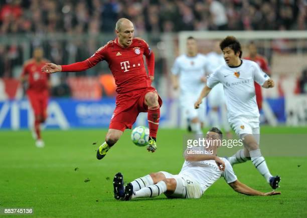 FUSSBALL CHAMPIONS LEAGUE SAISON 2011/2012 Achtelfinale Rueckspiel FC Bayern Muenchen FC Basel Arjen Robben gegen Aleksandar Dragovic
