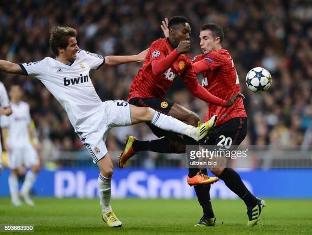AchtelfinalHinspiel Saison 2012/2013 FUSSBALL CHAMPIONS Real Madrid Manchester United FC Fabio Coentrao gegen Daniel Welbeck und Robin van Persie