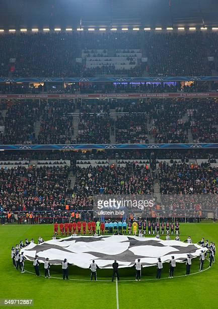 AchtelfinalRückspiel Saison 2012/2013 Blick auf die Haupttribuene mit den beiden Mannschaften waehrend dem UEFA Champions League 1/8 Finale...