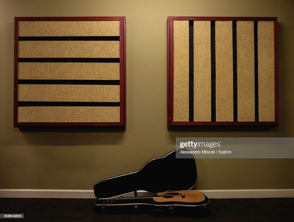 Acoustic Guitar On Floor Against Wall : Stock-Foto