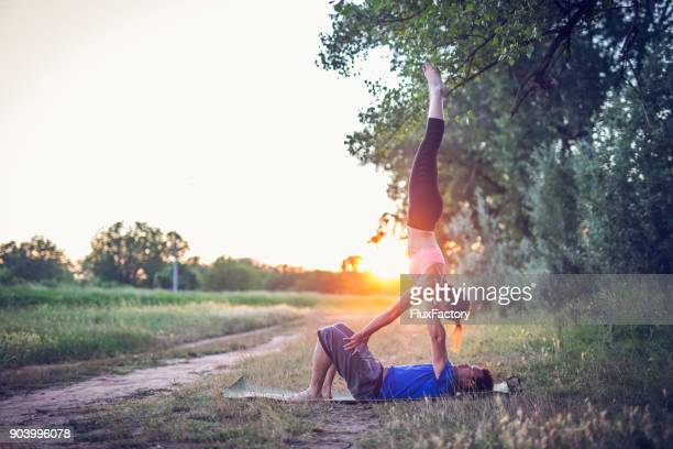Acro Yoga im Sonnenuntergang