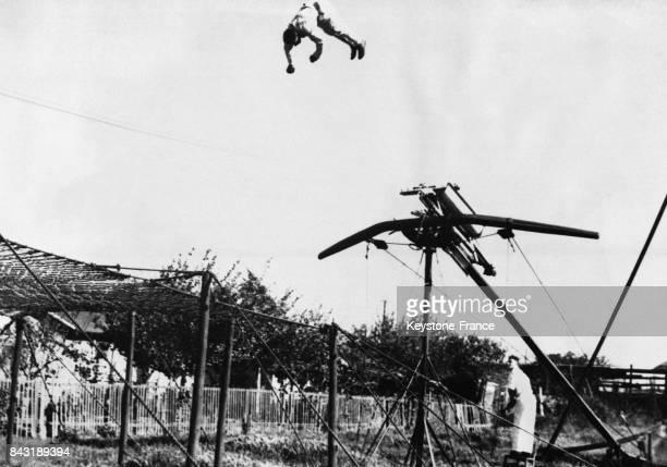 L'acrobate américain Jimmy Campany projeté par une catapulte en l'air pour atterrir dans un filet