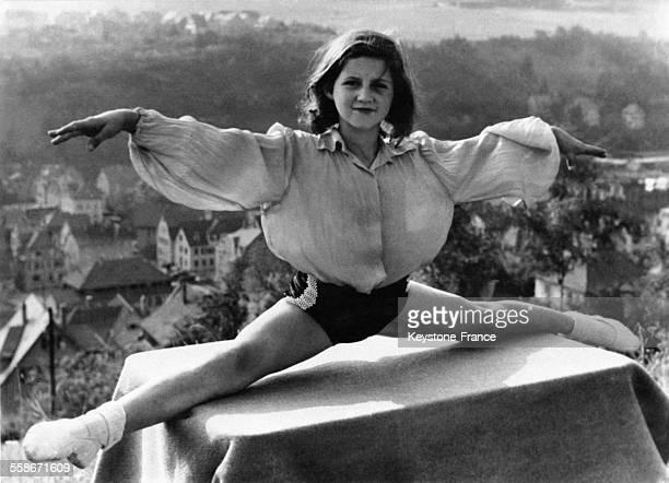 L'acrobate Sonja fait le grand écart sur une table
