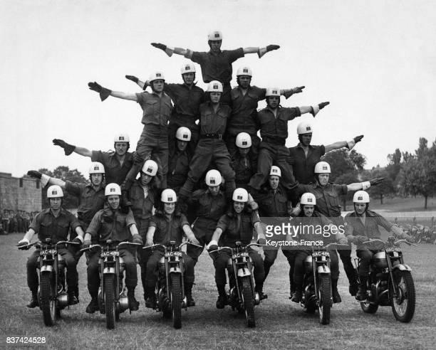 21 acrobates à moto forment une pyramide humaine sur 6 motos à pleine vitesse le 21 juillet 1955 à York RoyaumeUni