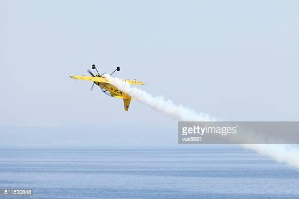 Avion acrobatique en action