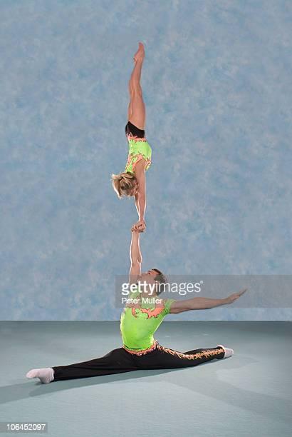 acrobatic troop performing moves - split acrobatiek stockfoto's en -beelden