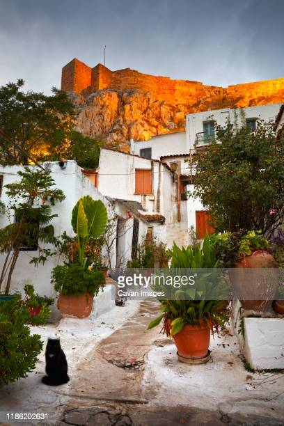 acropolis as seen from the streets of anafiotika, athens, greece. - athènes photos et images de collection