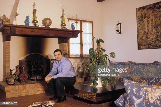 L'acteur Aldo Maccione chez lui circa 1970 en Italie