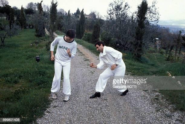 L'acteur Aldo Maccione fait son numéro de la marche du séducteur circa 1970 en Italie