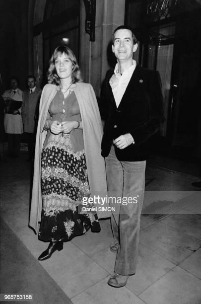 L'acteur américain Anthony Perkins avec son épouse Berry Berenson à Paris en France le 30 mars 1974