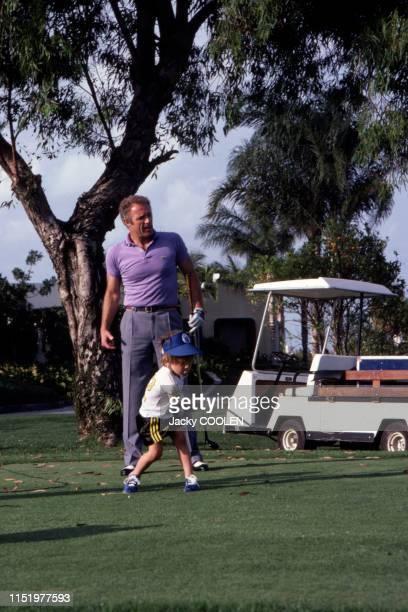 L'acteur américain James Caan joue au golf avec son fils à Miami en avril 1981 EtatsUnis